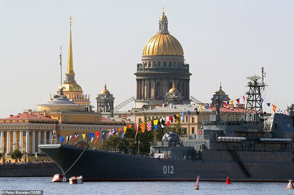 Hải quân Nga bắn 21 phát đại bác chào mừng: TT Putin sắp có bài phát biểu quan trọng - Ảnh 1.