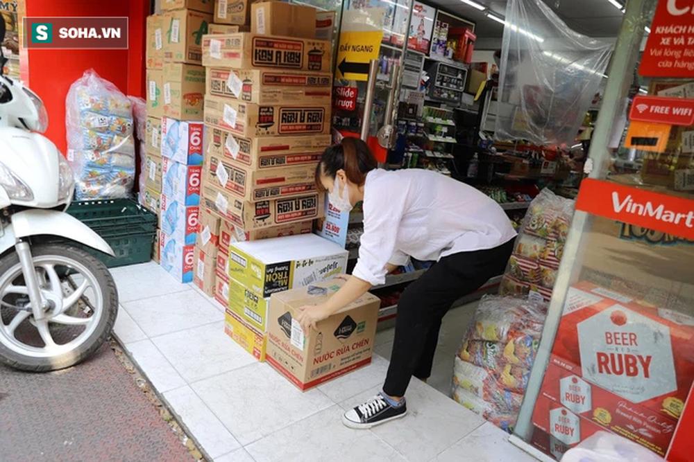 """Sau 1 đêm trống hoác, siêu thị ăm ắp thực phẩm: """"Không bao giờ có chuyện tăng giá vô lý trong mùa dịch"""" - Ảnh 4."""