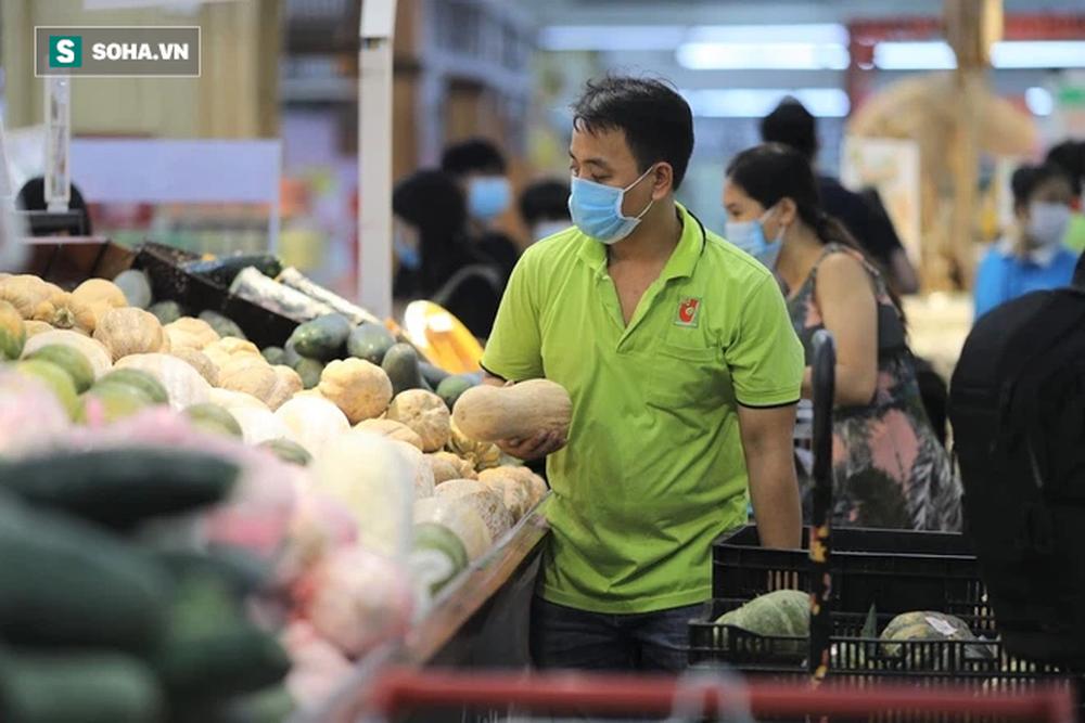 """Sau 1 đêm trống hoác, siêu thị ăm ắp thực phẩm: """"Không bao giờ có chuyện tăng giá vô lý trong mùa dịch"""" - Ảnh 7."""