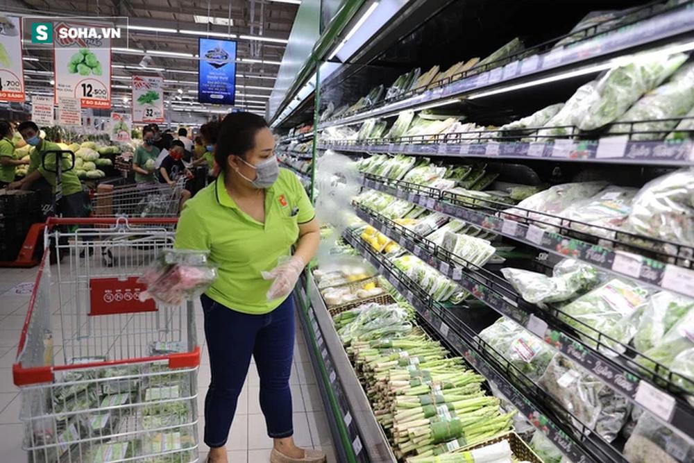 """Sau 1 đêm trống hoác, siêu thị ăm ắp thực phẩm: """"Không bao giờ có chuyện tăng giá vô lý trong mùa dịch"""" - Ảnh 8."""