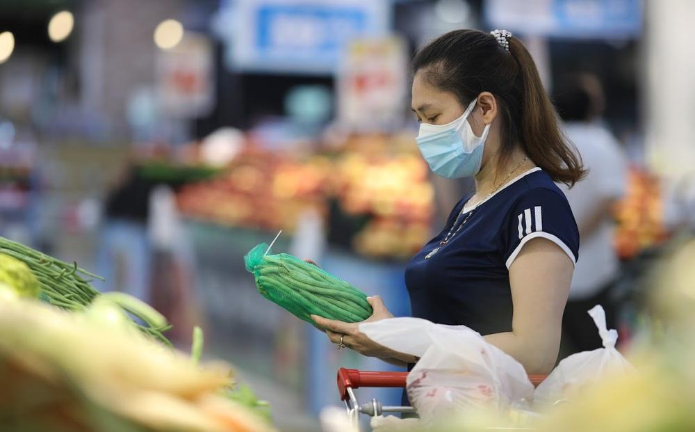 """Sau 1 đêm trống hoác, siêu thị ăm ắp thực phẩm: """"Không bao giờ có chuyện tăng giá vô lý trong mùa dịch"""""""