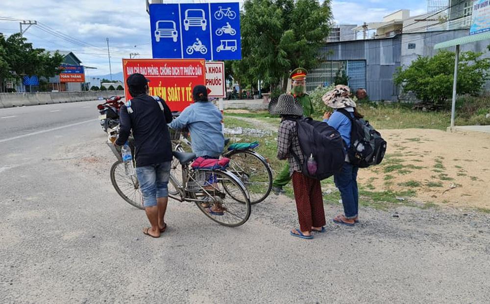Thất nghiệp vì dịch Covid-19, gia đình 4 người bán điện thoại mua 2 xe đạp cũ đi từ Đồng Nai về Nghệ An