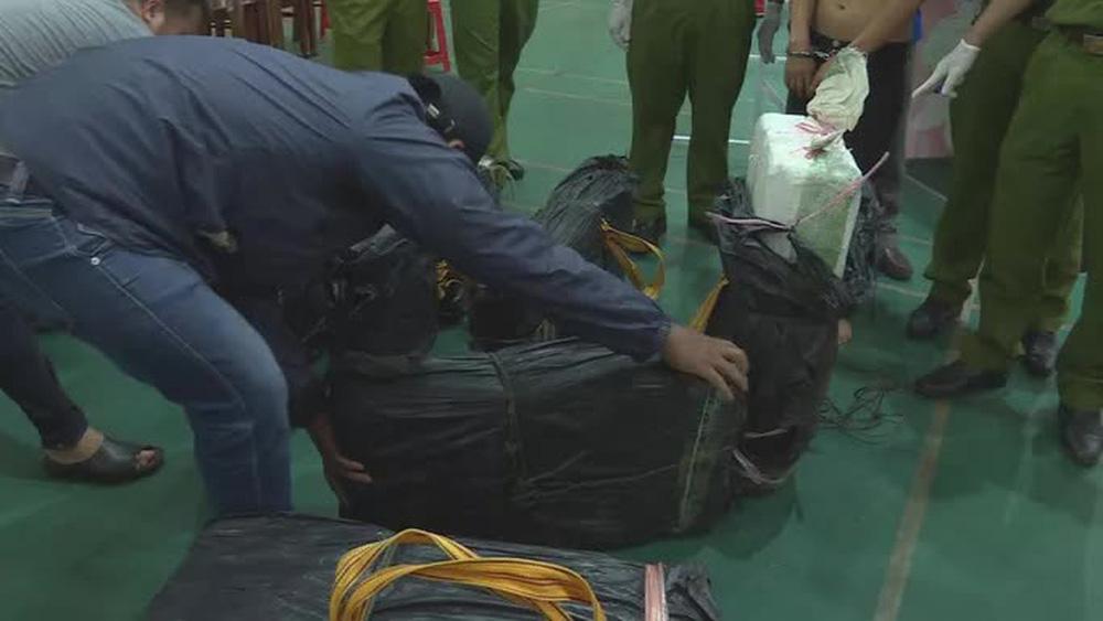 Clip: Khoảnh khắc truy bắt 2 đối tượng chở 2 tạ ma túy đá từ Lào về TP HCM - Ảnh 1.