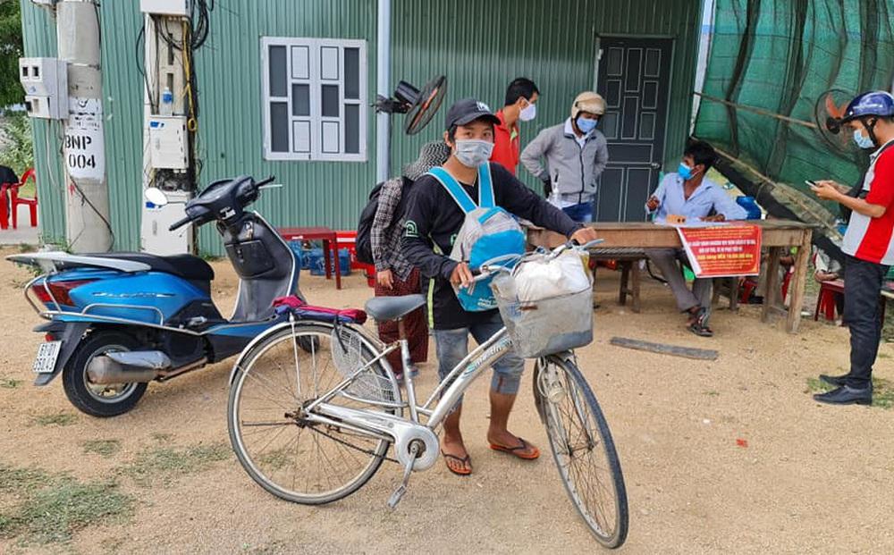 """Vụ gia đình 4 người đạp xe từ Đồng Nai về Nghệ An: """"Mong đến giờ lên tàu về quê hương"""""""