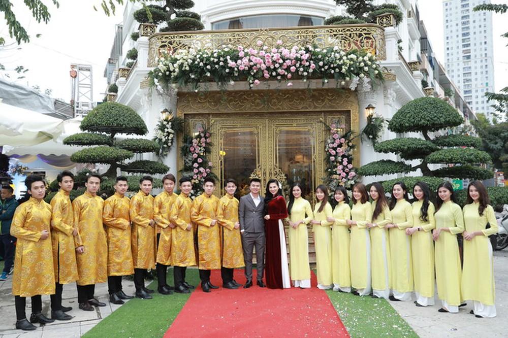 Đám cưới xa hoa của Vũ Phương Anh hot girl báo chí: Váy đính 10.000 hạt pha lê, đãi tiệc ở khách sạn sang nhất Hà Nội - Ảnh 1.