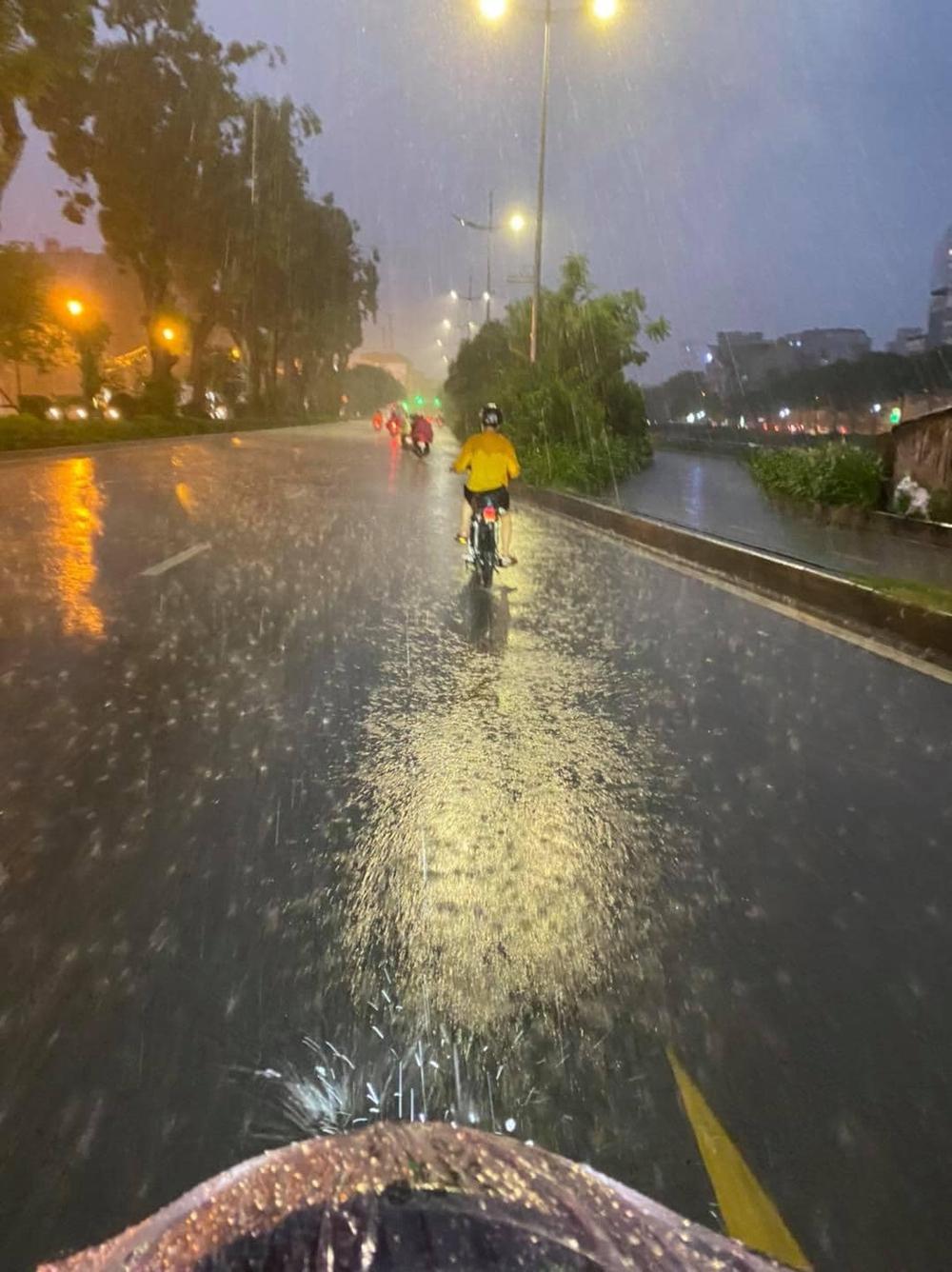 Gặp cậu bé đi đường, người đàn ông ráo riết đuổi theo giữa cơn mưa và có hành động lạ - Ảnh 1.