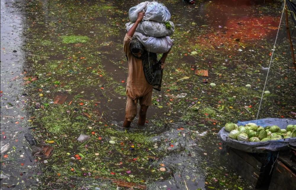 24h qua ảnh: Người dân TQ lội trên đường phố ngập nước lũ - Ảnh 1.