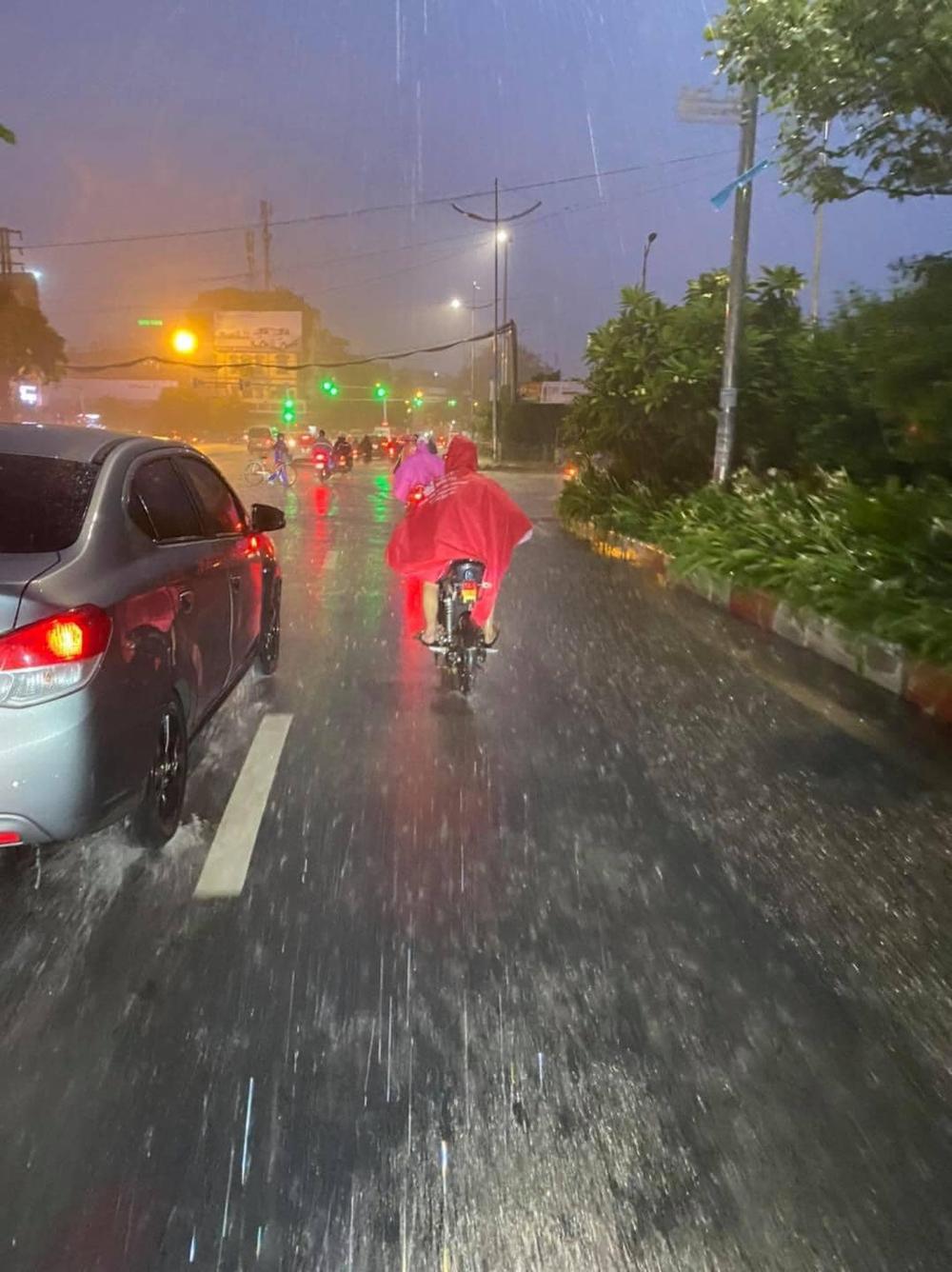 Gặp cậu bé đi đường, người đàn ông ráo riết đuổi theo giữa cơn mưa và có hành động lạ - Ảnh 5.
