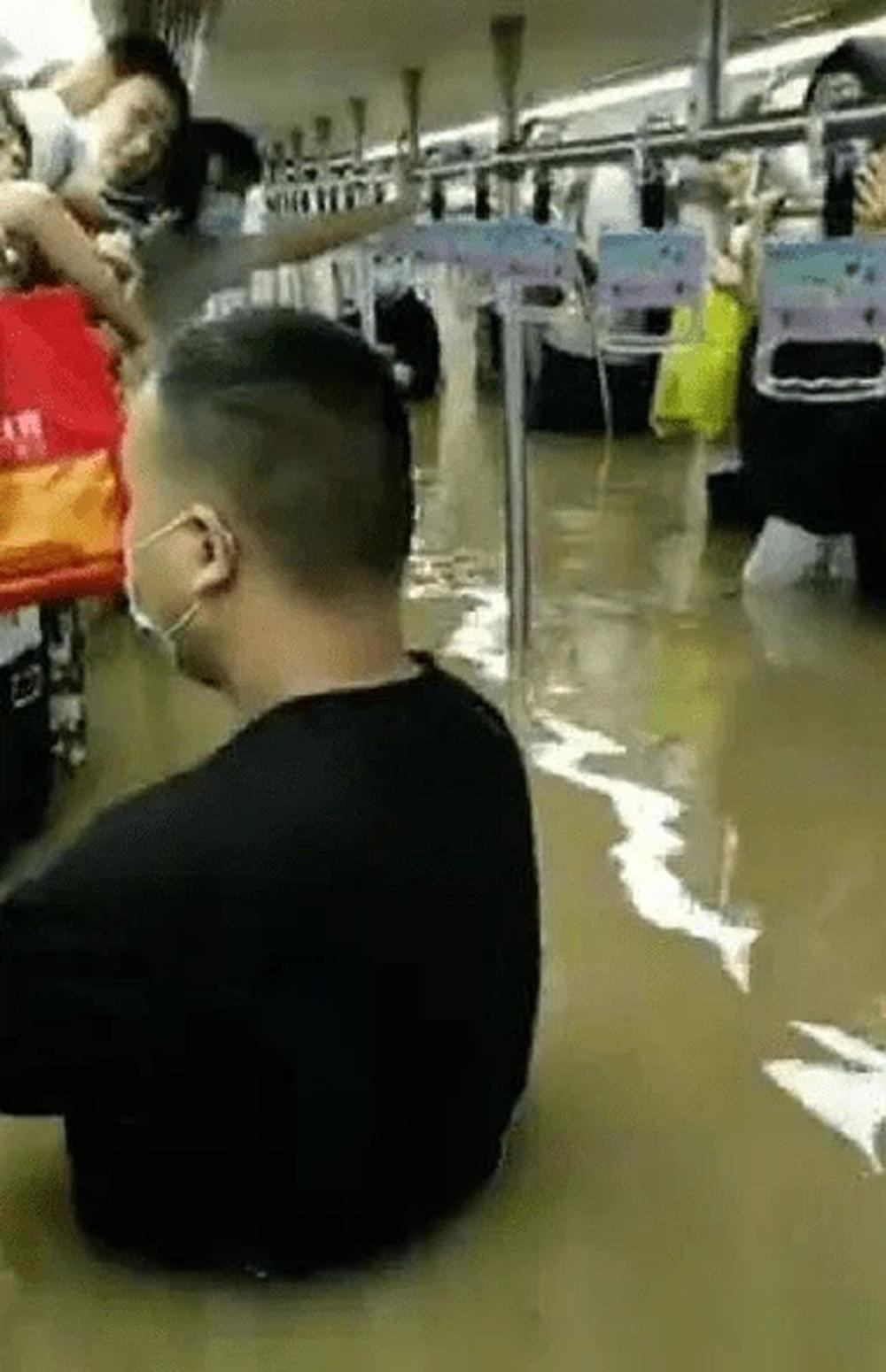Tàu điện ngầm chìm trong nước lũ, 12 người chết, hành khách tuyệt vọng gọi từ biệt người thân - Ảnh 2.