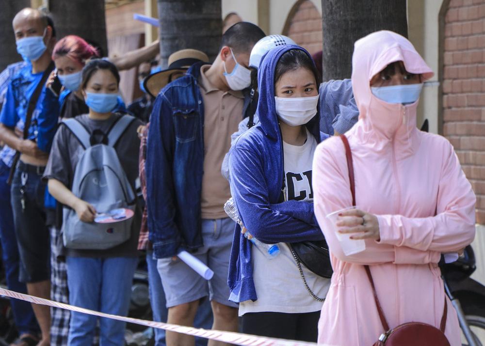 Sau cảnh hàng trăm người chen lấn, xô đẩy ở Hà Nội, bất ngờ dừng lấy mẫu xét nghiệm, test nhanh COVID-19 - Ảnh 2.