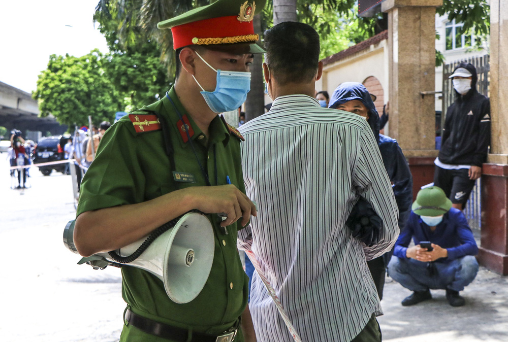 Sau cảnh hàng trăm người chen lấn, xô đẩy ở Hà Nội, bất ngờ dừng lấy mẫu xét nghiệm, test nhanh COVID-19 - Ảnh 4.