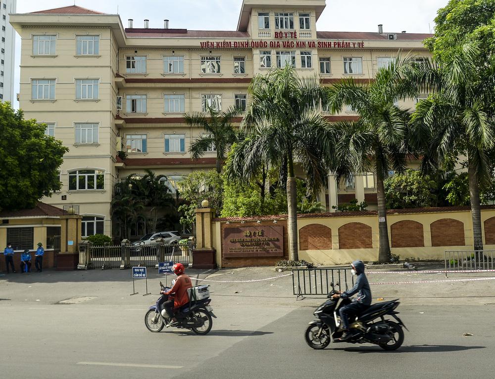 Sau cảnh hàng trăm người chen lấn, xô đẩy ở Hà Nội, bất ngờ dừng lấy mẫu xét nghiệm, test nhanh COVID-19 - Ảnh 1.