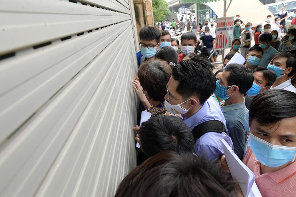 Video: Chật cứng người xếp hàng chờ xét nghiệm Covid-19 ở Hà Nội, phải ra về vì quá đông - Ảnh 4.
