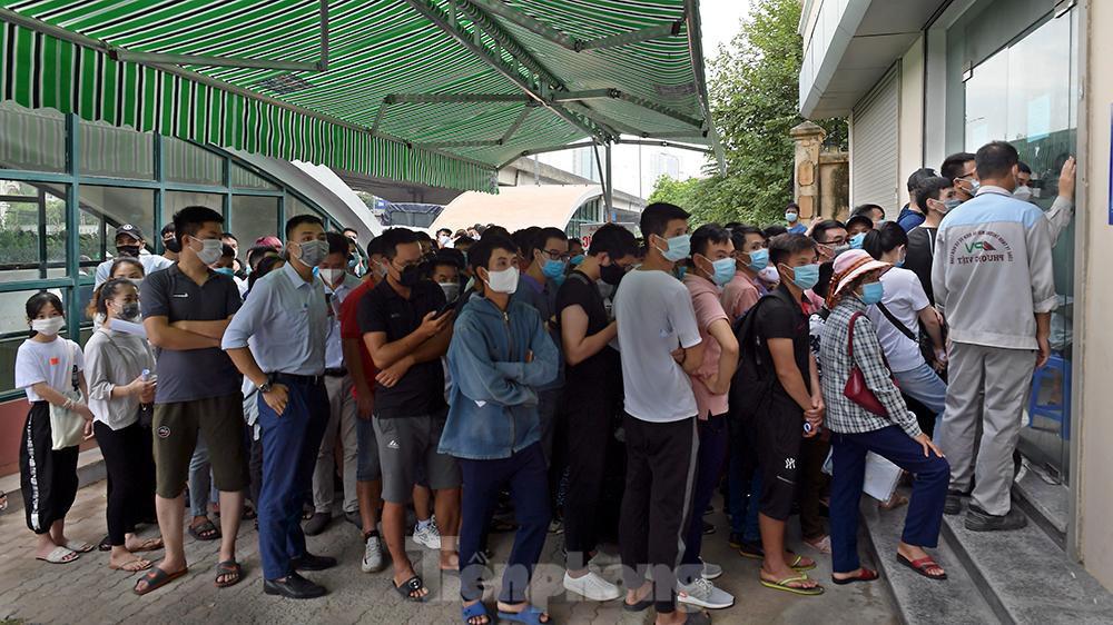 Video: Chật cứng người xếp hàng chờ xét nghiệm Covid-19 ở Hà Nội, phải ra về vì quá đông - Ảnh 3.