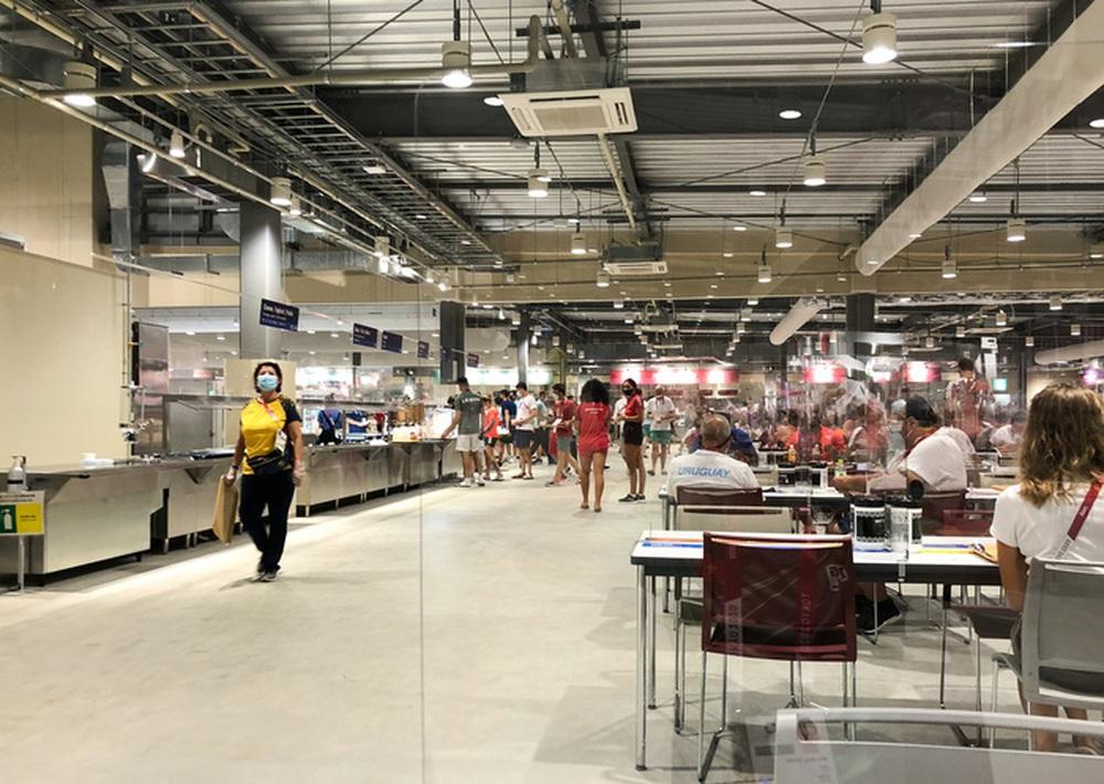 Cận cảnh nhà ăn Olympic 2020 siêu lớn: Phục vụ 3000 người cùng lúc, 700 món ăn mỗi bữa - Ảnh 1.