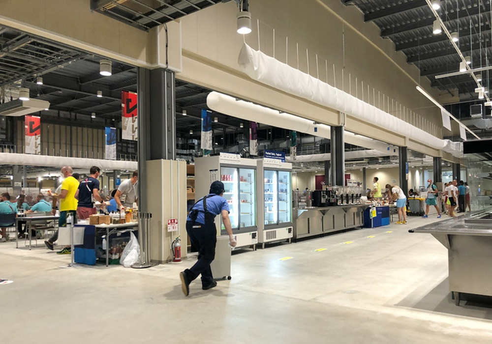 Cận cảnh nhà ăn Olympic 2020 siêu lớn: Phục vụ 3000 người cùng lúc, 700 món ăn mỗi bữa - Ảnh 2.