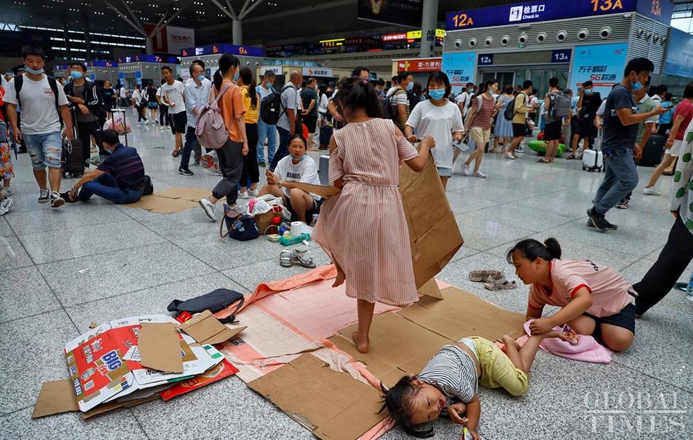 Trung Quốc mưa lớn: Trịnh Châu thất thủ trong nước lũ, tham vọng thành phố bọt biển kiểu mẫu đã sụp đổ? - Ảnh 1.