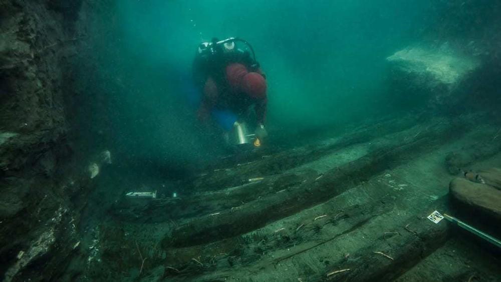 Phát hiện con tàu bên cạnh ngôi đền bí ẩn dưới thành phố chìm ở Ai Cập - Ảnh 1.