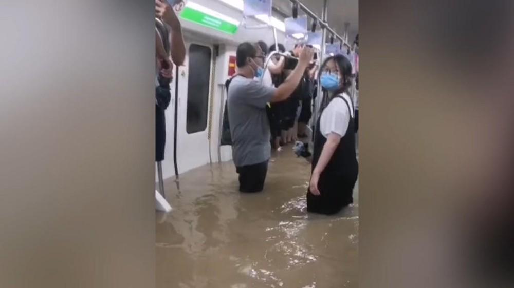 Tàu điện ngầm chìm trong nước lũ, 12 người chết, hành khách tuyệt vọng gọi từ biệt người thân - Ảnh 4.