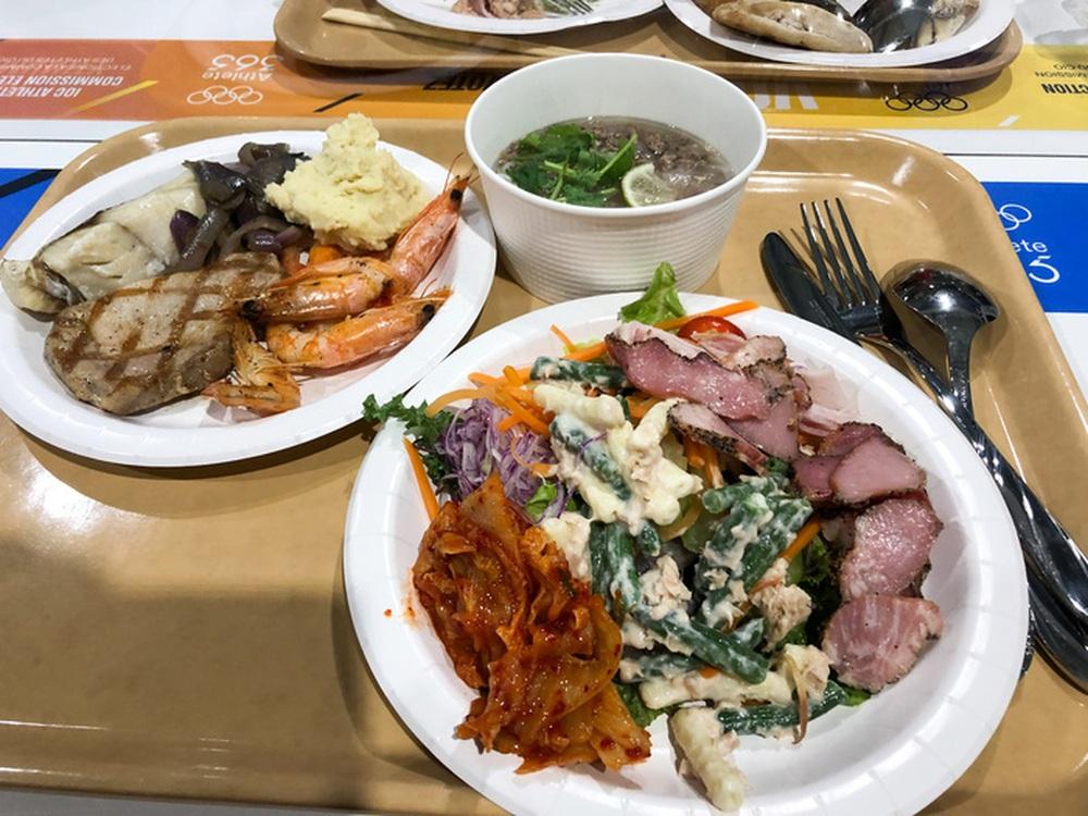 Cận cảnh nhà ăn Olympic 2020 siêu lớn: Phục vụ 3000 người cùng lúc, 700 món ăn mỗi bữa - Ảnh 4.