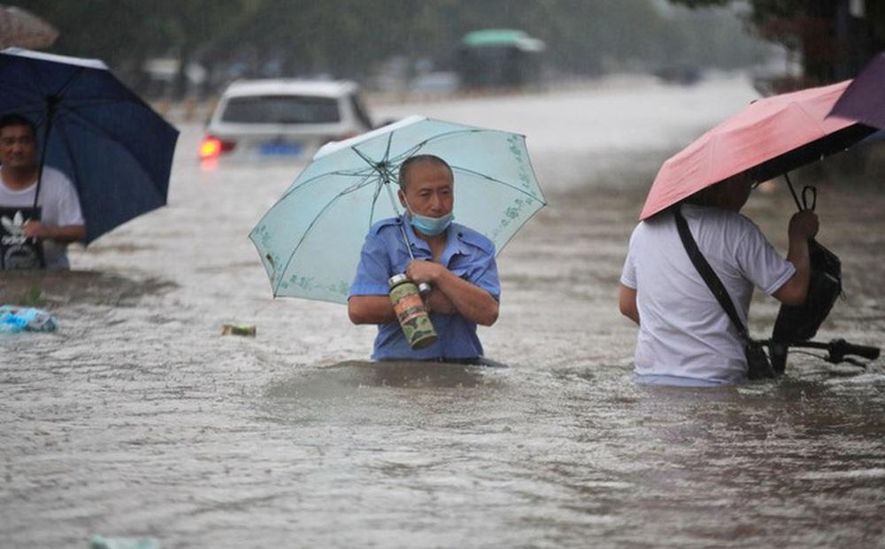 24h qua ảnh: Người dân TQ lội trên đường phố ngập nước lũ