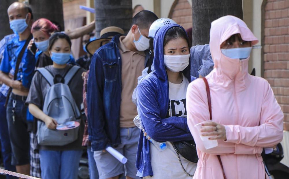 Sau cảnh hàng trăm người chen lấn, xô đẩy ở Hà Nội, bất ngờ dừng lấy mẫu xét nghiệm, test nhanh COVID-19