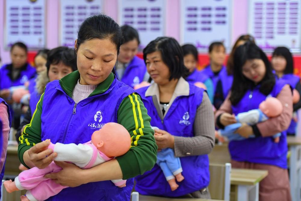 Nhận ra sai lầm chí mạng, Trung Quốc cho phép các gia đình sinh bao nhiêu con cũng được - Ảnh 3.