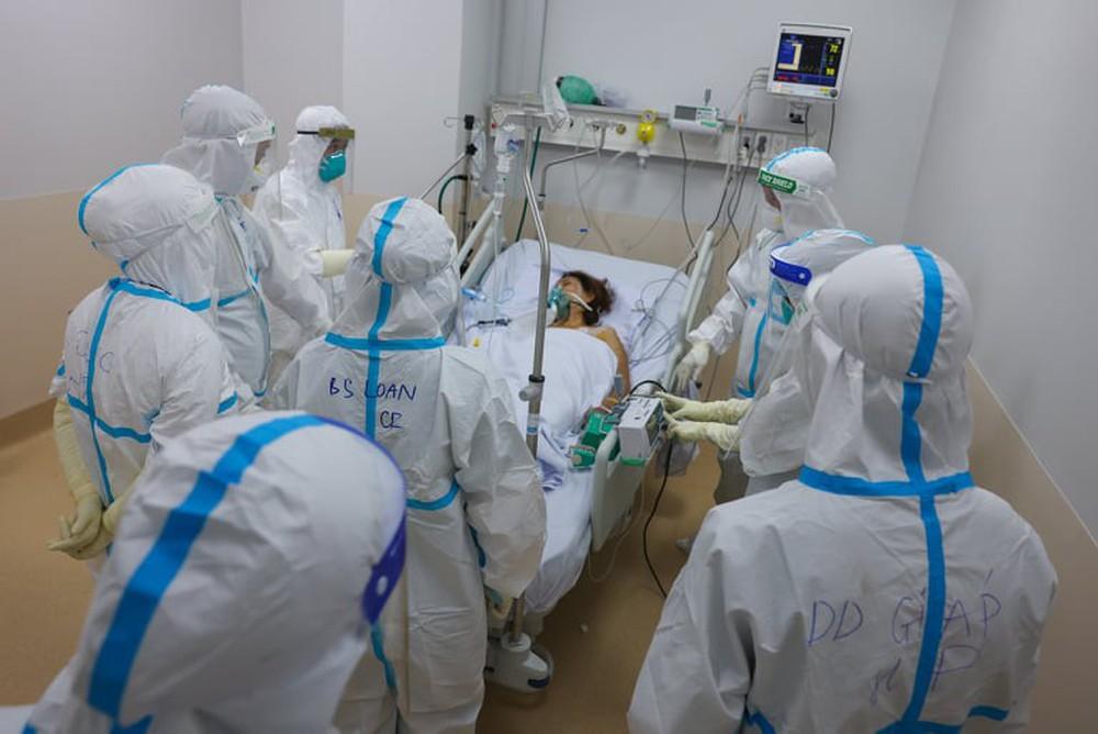 TS.BS Nguyễn Tri Thức: Các nhân viên y tế không chỉ làm việc gấp đôi, gấp ba mà còn nhiều hơn thế nữa! - Ảnh 1.