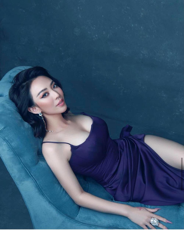 Bất ngờ với vẻ đẹp gợi cảm của Hoa hậu làng hài - Ảnh 2.