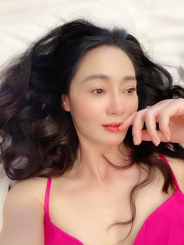 Nhan sắc U45 đài các nhưng không kém phần gợi cảm của bà Xuân Hương vị tình thân - Ảnh 12.