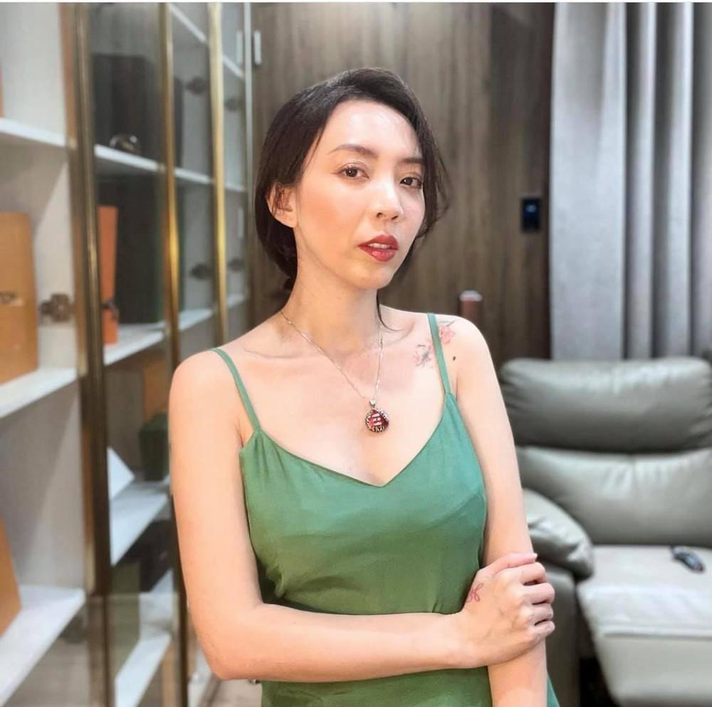 Bất ngờ với vẻ đẹp gợi cảm của Hoa hậu làng hài - Ảnh 1.