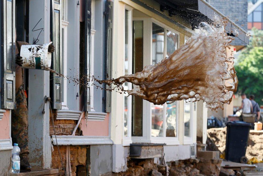 24h qua ảnh: Người dân Trung Quốc dùng dây vượt qua đường phố ngập lụt - Ảnh 2.