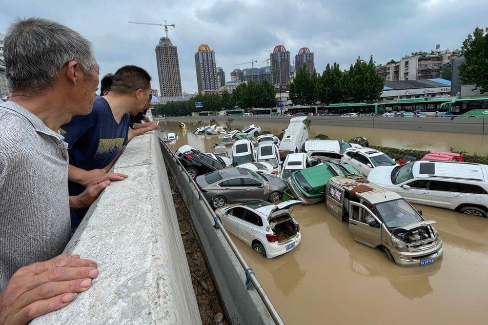 24h qua ảnh: Người dân Trung Quốc dùng dây vượt qua đường phố ngập lụt - Ảnh 7.