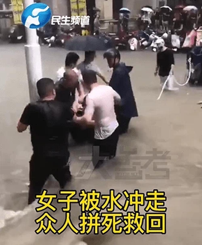 Mưa lũ nghiêm trọng tại Trung Quốc: Người dân bị nước cuốn ngay trên đường, người già bị mắc kẹt trong tầng hầm ngập nước - Ảnh 3.