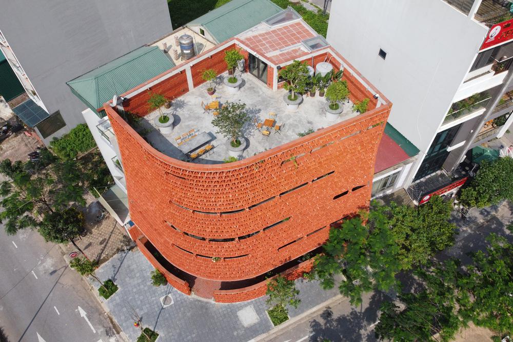 Quán cà phê lấy cảm hứng từ cành cây và hang động của người tiền sử ở Hà Nội đẹp lạ trên báo Mỹ - Ảnh 4.