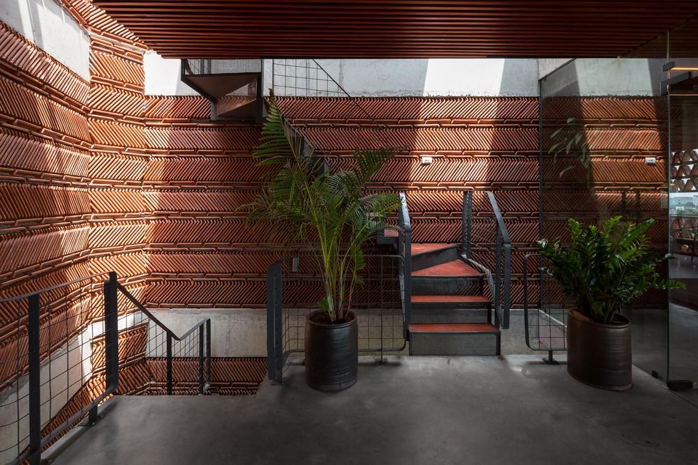 Quán cà phê lấy cảm hứng từ cành cây và hang động của người tiền sử ở Hà Nội đẹp lạ trên báo Mỹ - Ảnh 6.