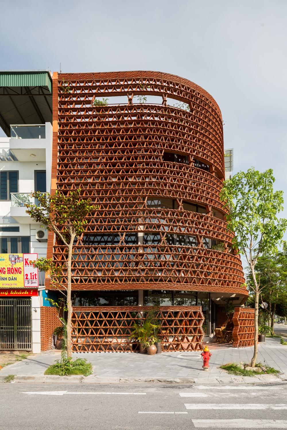 Quán cà phê lấy cảm hứng từ cành cây và hang động của người tiền sử ở Hà Nội đẹp lạ trên báo Mỹ - Ảnh 2.