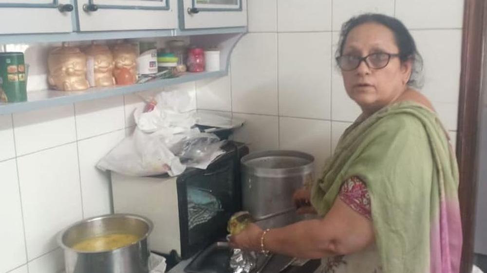 Người phụ nữ nấu đồ miễn phí cho 100 bệnh nhân Covid-19 mỗi ngày, để được ăn chỉ cần đúng 1 điều kiện - Ảnh 1.
