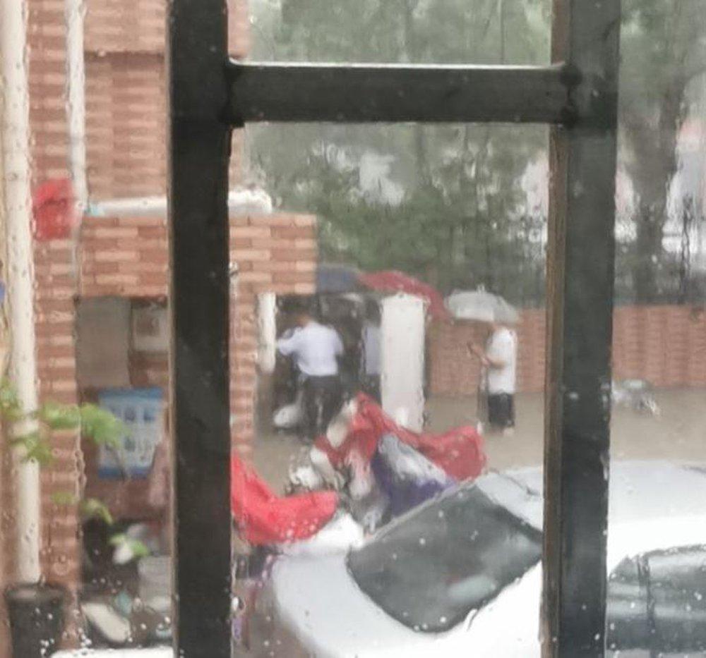 Mưa lũ nghiêm trọng tại Trung Quốc: Người dân bị nước cuốn ngay trên đường, người già bị mắc kẹt trong tầng hầm ngập nước - Ảnh 4.