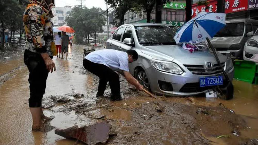 Những hình ảnh đáng quên sau lũ lụt kinh khủng ở Trung Quốc - Ảnh 1.