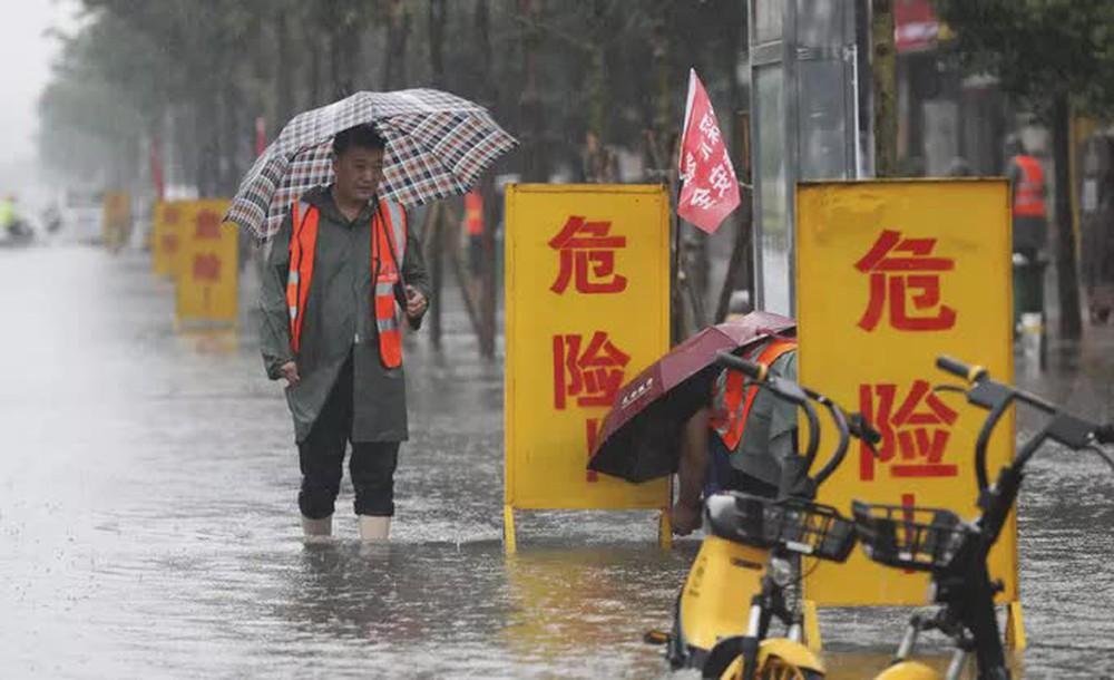 Những hình ảnh đáng quên sau lũ lụt kinh khủng ở Trung Quốc - Ảnh 10.