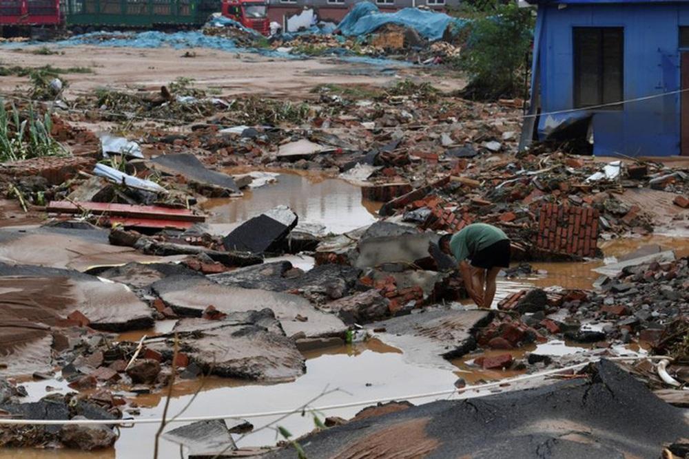 Những hình ảnh đáng quên sau lũ lụt kinh khủng ở Trung Quốc - Ảnh 11.