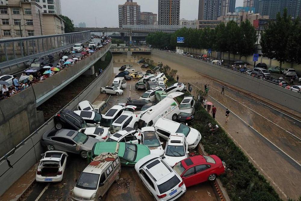 Những hình ảnh đáng quên sau lũ lụt kinh khủng ở Trung Quốc - Ảnh 12.