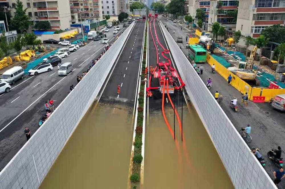 Những hình ảnh đáng quên sau lũ lụt kinh khủng ở Trung Quốc - Ảnh 4.