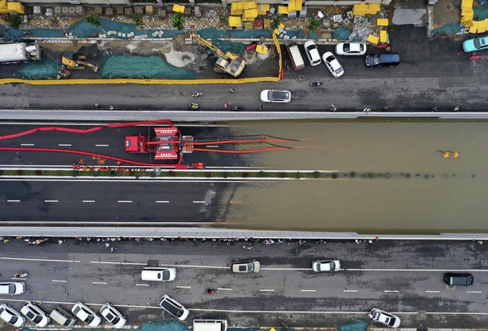 Những hình ảnh đáng quên sau lũ lụt kinh khủng ở Trung Quốc - Ảnh 5.