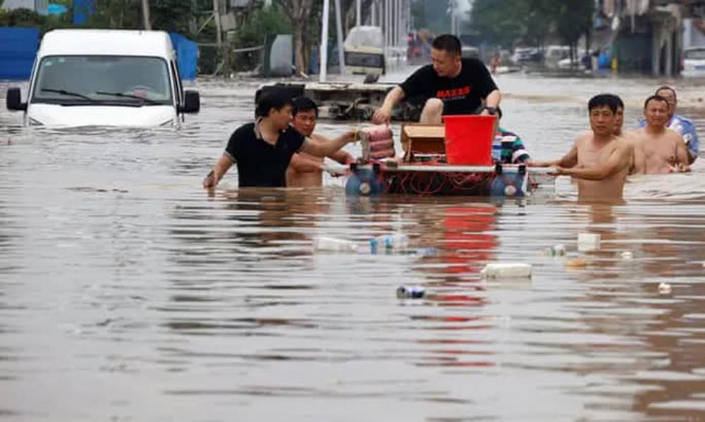 Những hình ảnh đáng quên sau lũ lụt kinh khủng ở Trung Quốc - Ảnh 8.