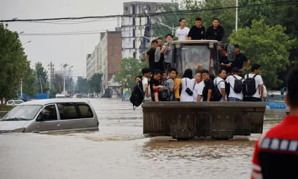 Những hình ảnh đáng quên sau lũ lụt kinh khủng ở Trung Quốc - Ảnh 9.