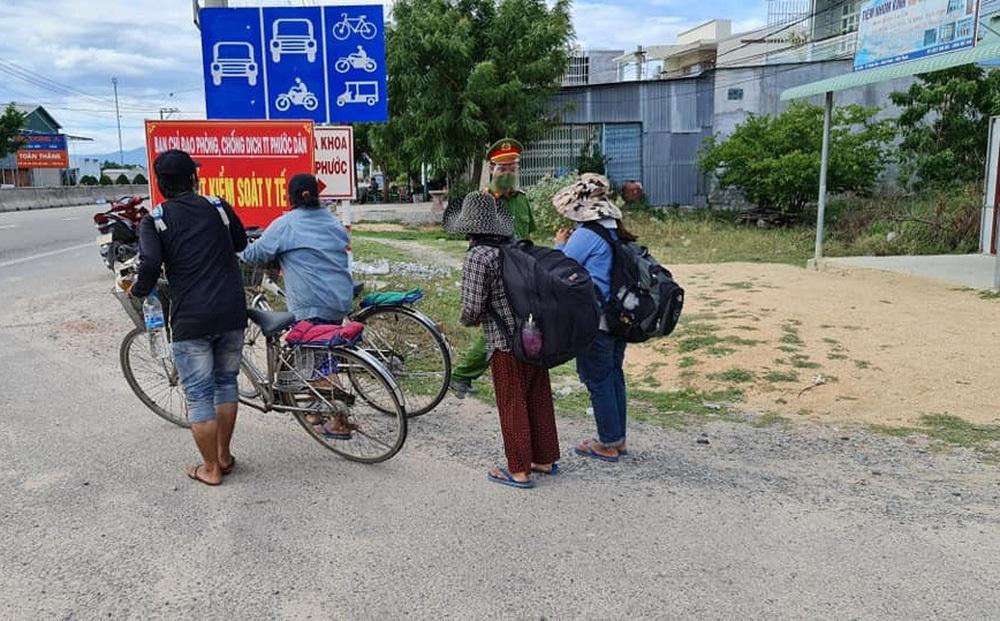 30 công nhân đi bộ xuyên đêm từ Bình Định về quê, gói mì của CSGT khiến ai cũng rưng rưng nước mắt - Ảnh 3.