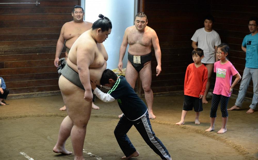"""Liên tiếp phá lệnh giãn cách, võ sĩ Sumo nhận cái kết đắng song """"âm mưu"""" đằng sau của người này mới là điều bất ngờ"""