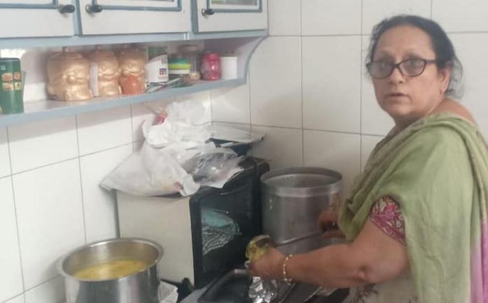 Người phụ nữ nấu đồ miễn phí cho 100 bệnh nhân Covid-19 mỗi ngày, để được ăn chỉ cần đúng 1 điều kiện